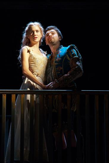 Shakespeare and Viola embrace on a balcony